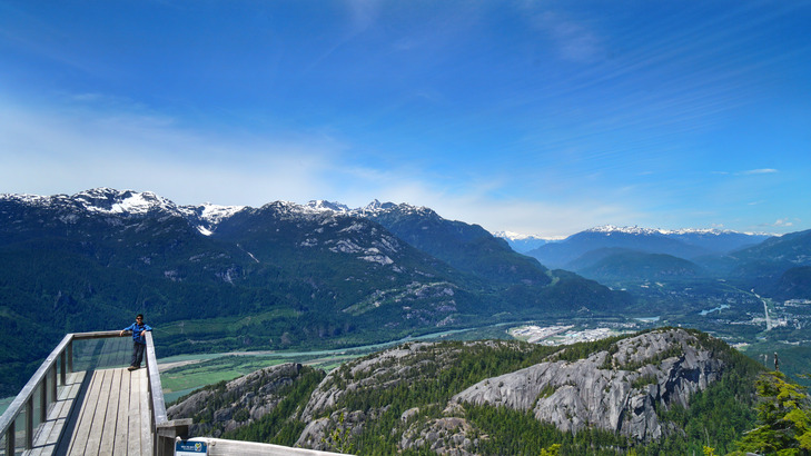 從 The Chief & Squamish Valley 瞭望台北眺,即為 Stawamus Chief 花崗岩山及 Squamish 全景。