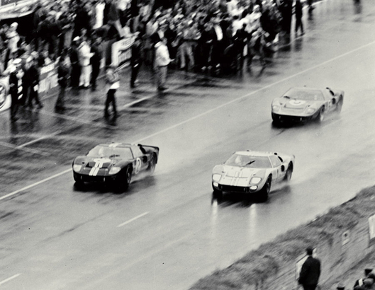 Ford 廠方要求領先的 3 部 GT40 MK II 列陣過終線造勢。(Photo from lemans-history.com)
